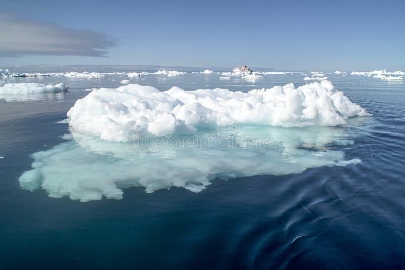 Bateau de croisière derrière l'iceberg Groenland image libre de droits