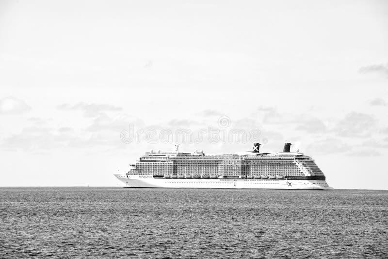 Bateau de croisière en mer bleue dans le grand banc de sable d'étrier, Bahamas images stock
