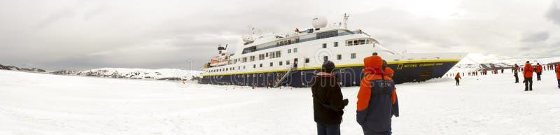 Bateau de croisière enfonçant la glace rapide, Antarctique photos libres de droits