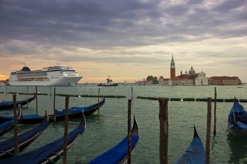 Bateau de croisière entrant dans la lagune de Venise à l'aube image stock