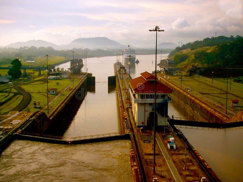 Bateau de croisière entrant dans le canal de Panama sous Amber Sunrise photo libre de droits