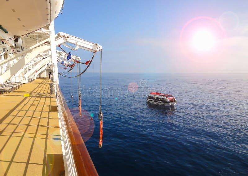 Bateau de croisière et bateau d'offre sur l'océan image libre de droits
