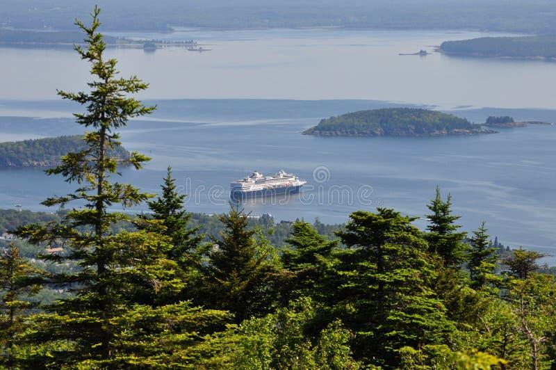 Bateau de croisière flottant outre de Maine Coast Cadillac Mountain en parc national d'Acadia, Maine photographie stock