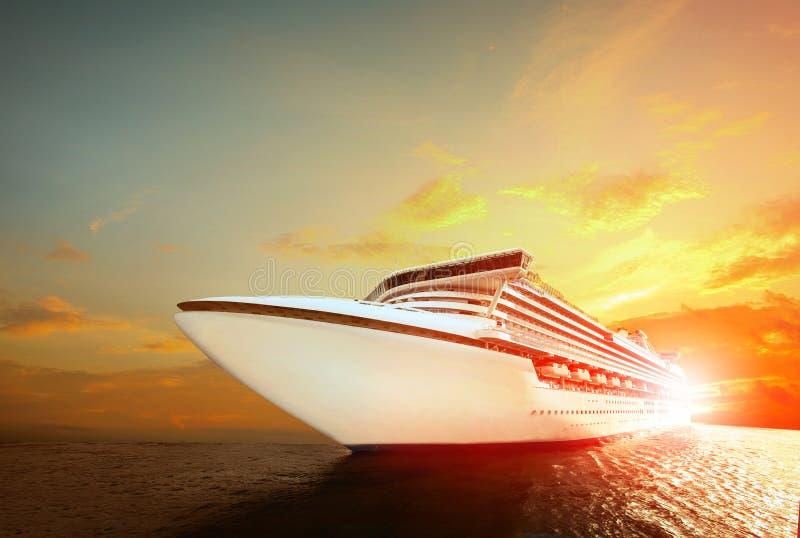 Bateau de croisière de luxe au-dessus de mer avec le fond de ciel de coucher du soleil photo stock