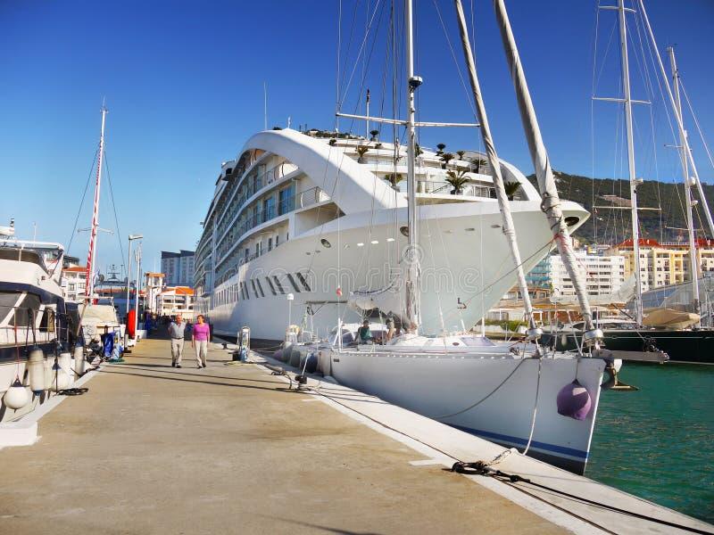 Bateau de croisière de luxe, port du Gibraltar images libres de droits
