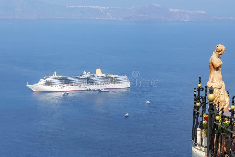 Bateau de croisière outre de la côte de Santorini, Grèce photos stock