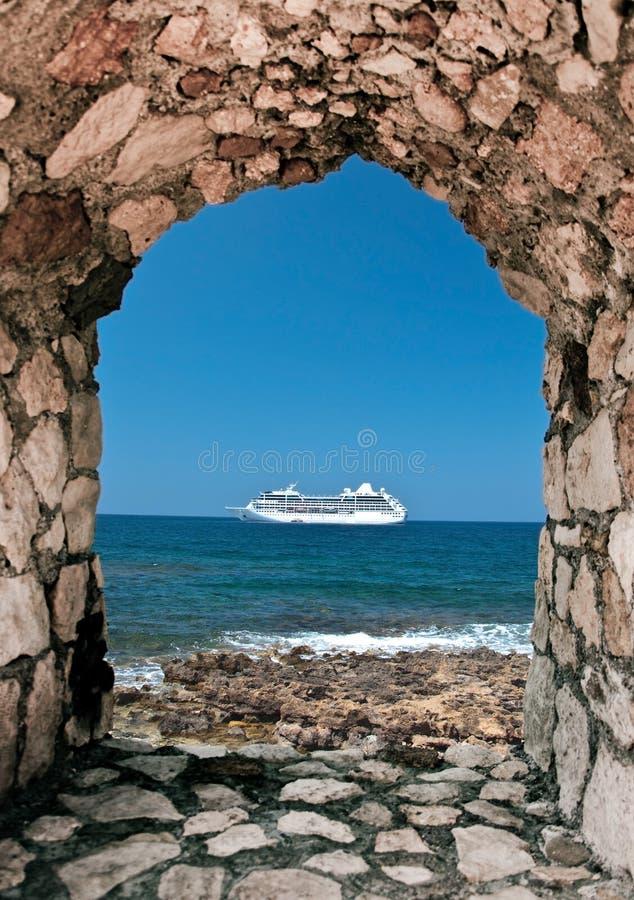 Bateau de croisière près de rivage crétois photographie stock