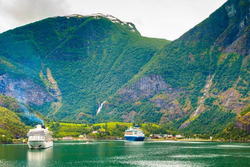 Bateau de croisière sur le fjord Sognefjord dans Flam Norvège photographie stock