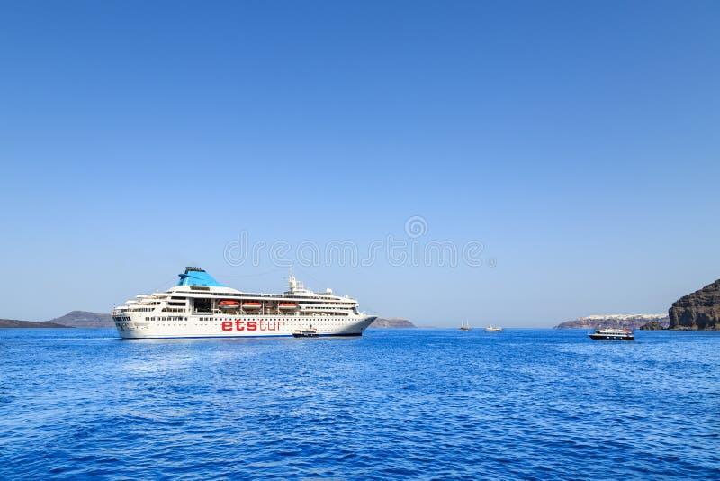 Bateau de croisière de tur d'ETS sur la baie de la mer près du port de Fira, île de Santorini, Grèce photos libres de droits