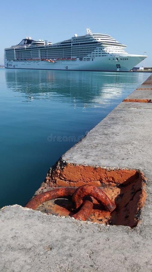 Bateau de Cruse dans le port de Katakolon photographie stock