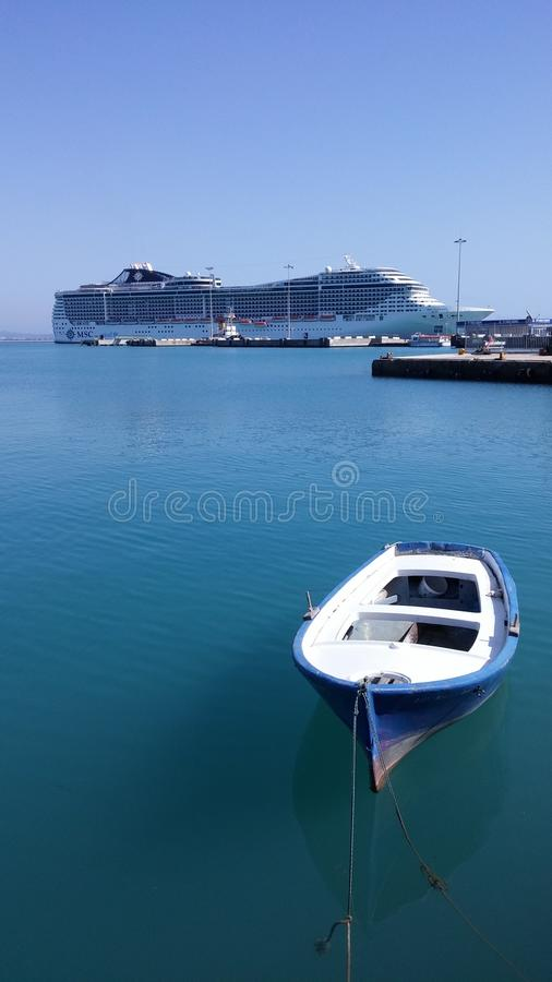 Bateau de Cruse dans le port de Katakolon photographie stock libre de droits