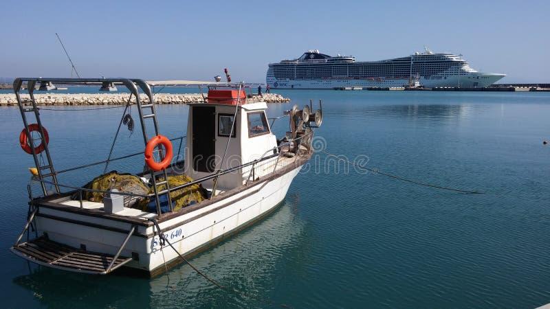 Bateau de Cruse dans le port de Katakolon image libre de droits