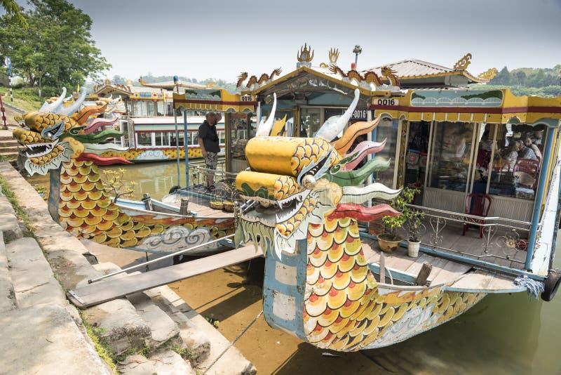 Bateau de dragon sur la rivière de parfum image libre de droits
