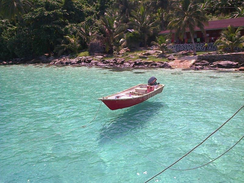 Bateau de flottement clair comme de l'eau de roche photo stock