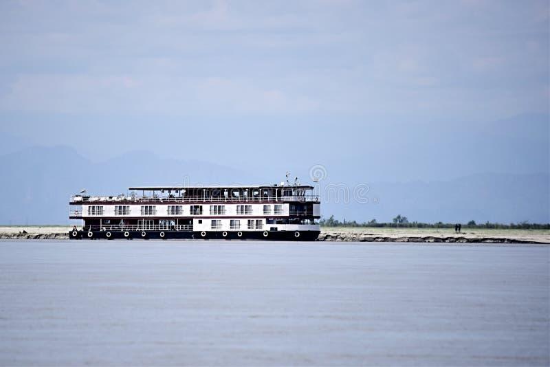 Bateau de fond plat pour des vacances de tourisme sur la rivière Assam en Inde, Asie photo libre de droits