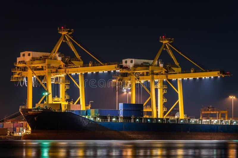 Bateau de fret de cargaison de conteneur avec le pont fonctionnant en grue dans le shipya photographie stock libre de droits