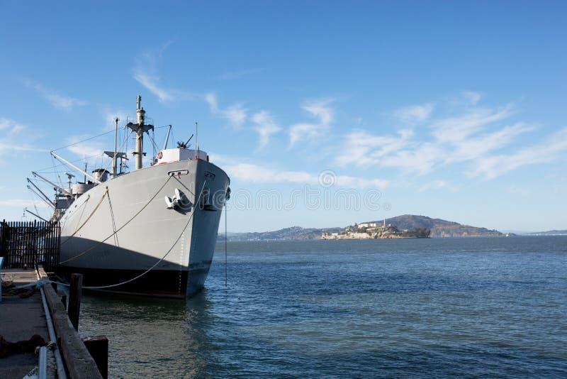 Bateau de guerre au dock images libres de droits