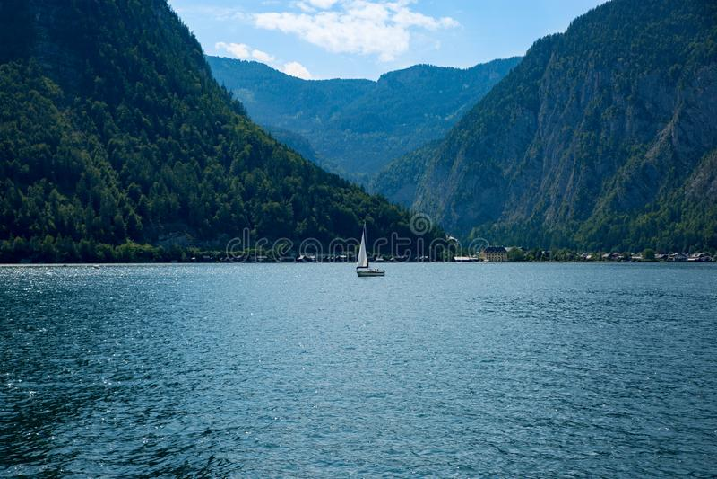 Bateau de Hallstadt Autriche de paysage de lac images libres de droits