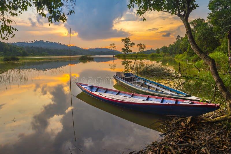 Bateau de la pêche deux sur le riau Indonésie de Batam de lac photographie stock