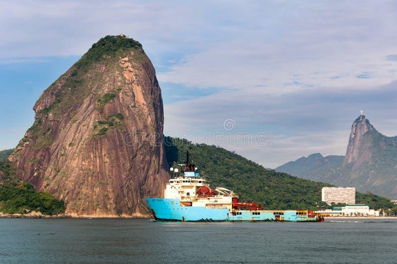 Bateau de lanceur de Maersk dans la baie de Guanabara image libre de droits