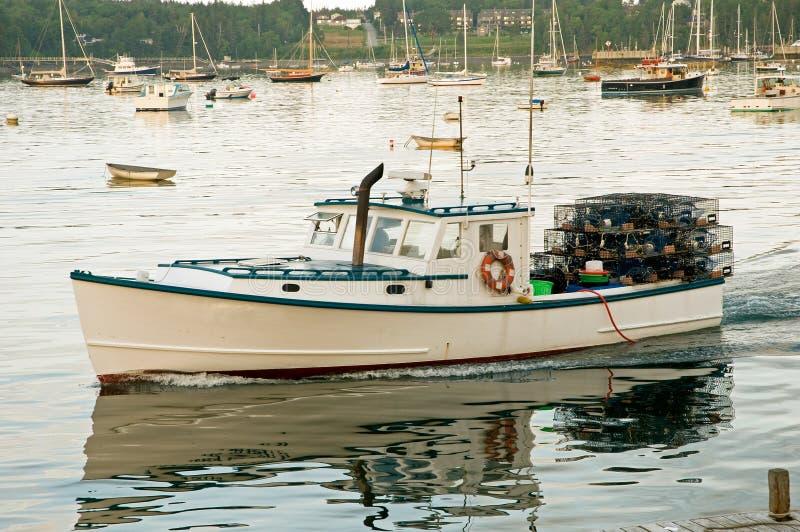 Bateau de langoustine quittant le port photos stock