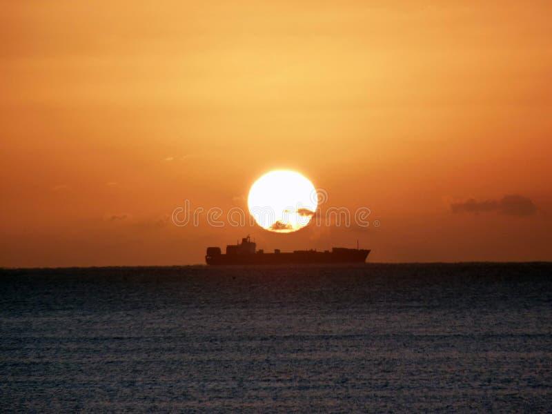 Bateau de lever de soleil photos stock