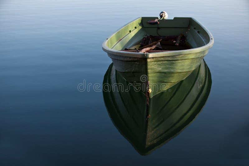 Bateau de ligne sur le lac image stock