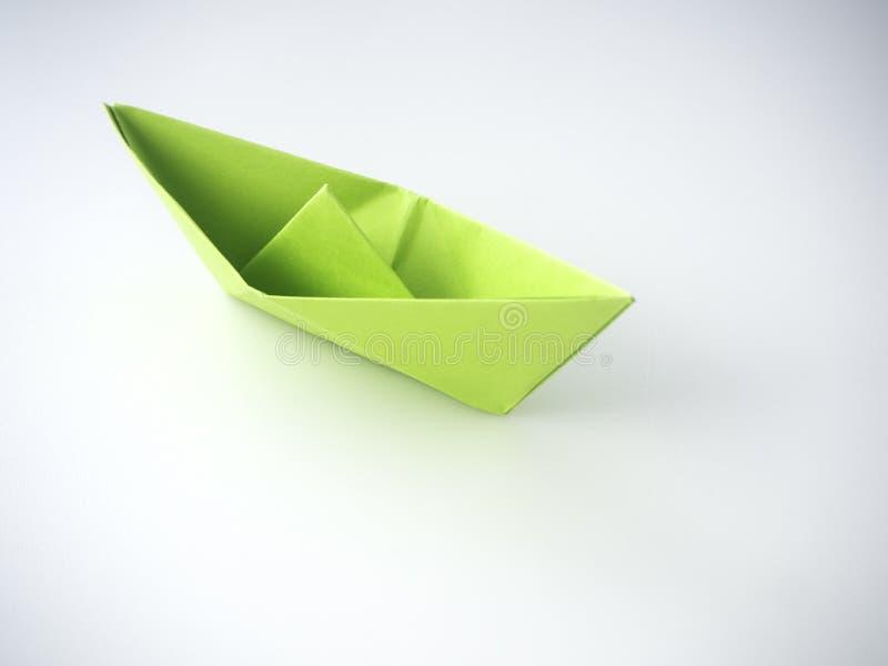 Bateau de Livre vert étendu sur le blanc image stock