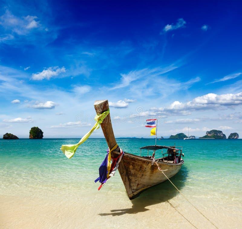 Bateau de long arrière sur la plage, Thaïlande photo libre de droits