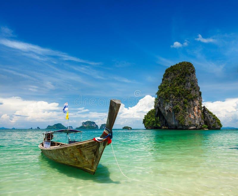 Bateau de long arrière sur la plage, Thaïlande photographie stock libre de droits