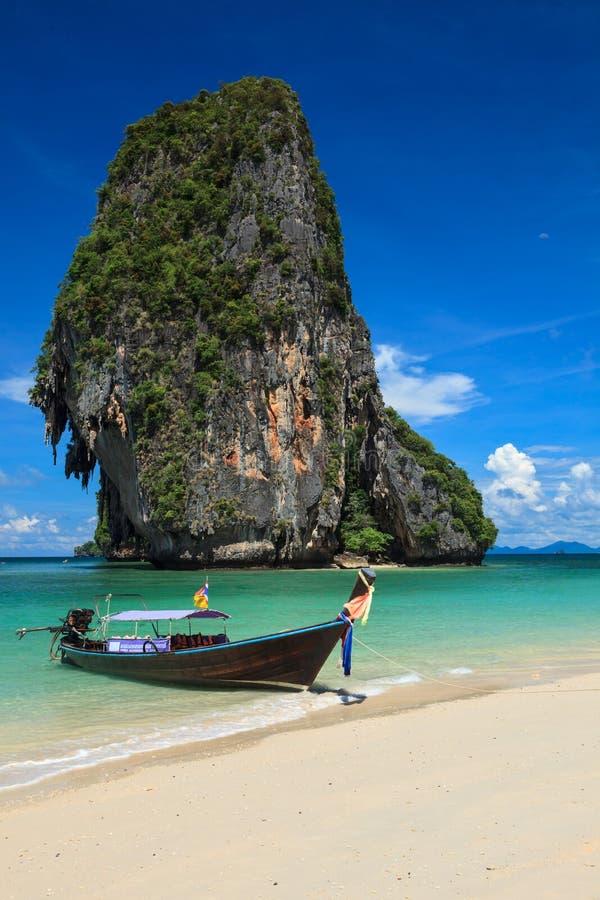 bateau de long arri re sur la plage tha lande image stock image du le idyllique 27637767. Black Bedroom Furniture Sets. Home Design Ideas