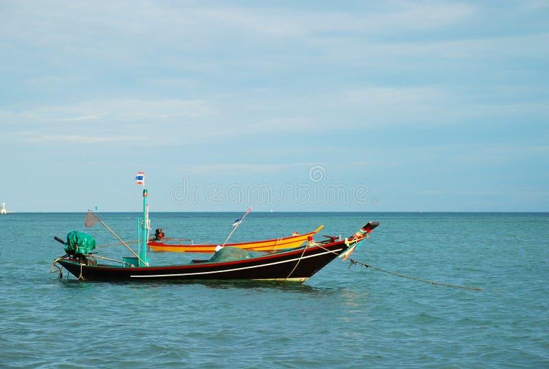 bateau de Long-queue en belle mer et île tropicale avec le cristal images stock