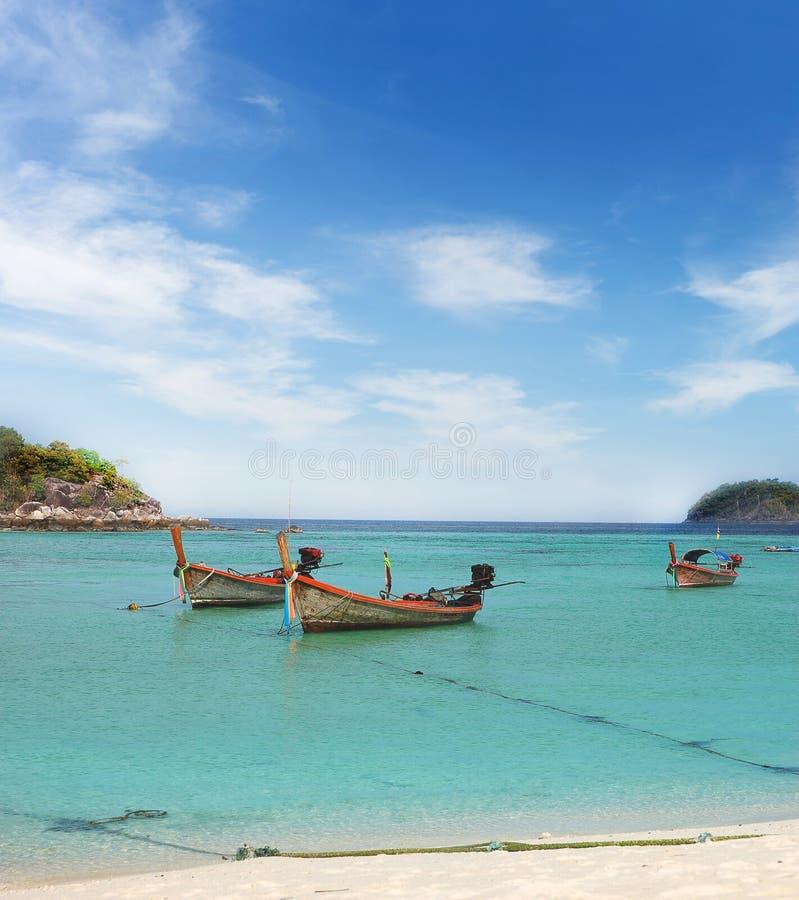 bateau de longtail en belle mer clair comme de l'eau de roche avec le sunsh de ciel bleu photographie stock libre de droits