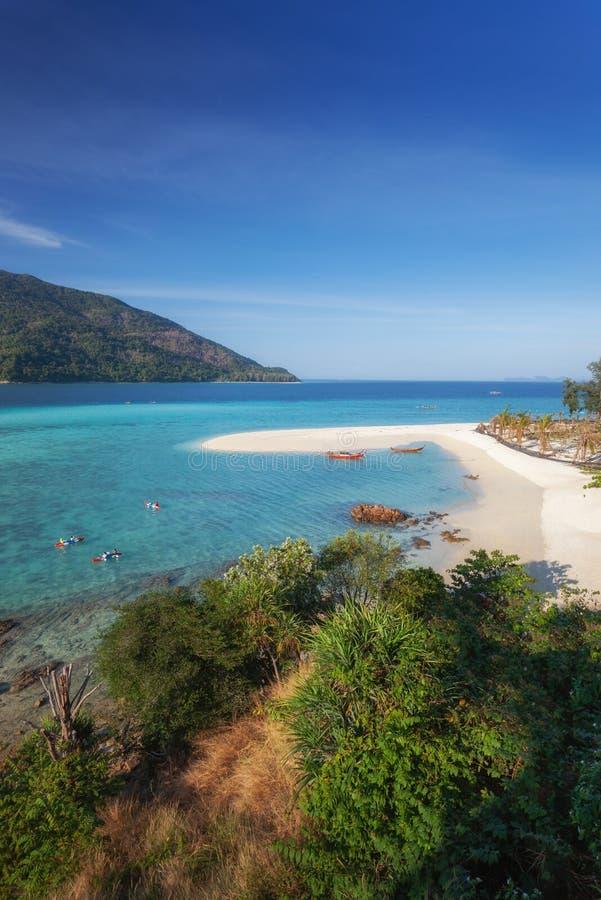 Bateau de Longtail et belle plage blanche de sable dans le jour ensoleillé chez Koh Lipe photos stock