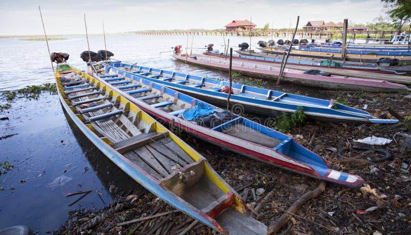 Bateau de Longtail sur une lagune locale au provinc du thale NOI Phatthalung images stock