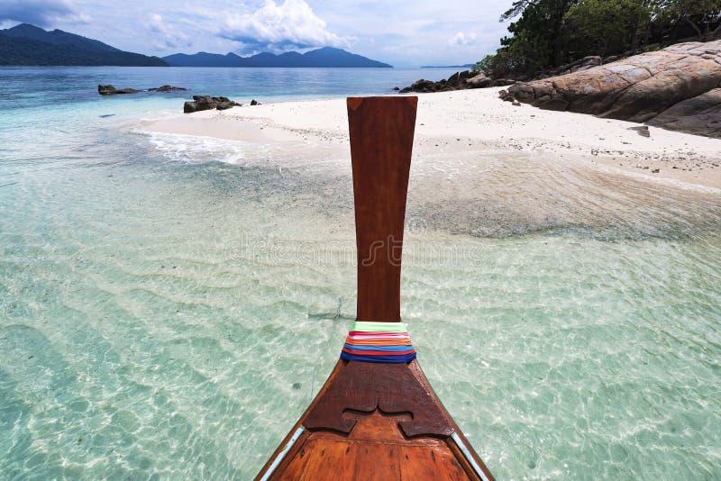 Bateau de longue queue contre le ciel bleu et la mer photo stock