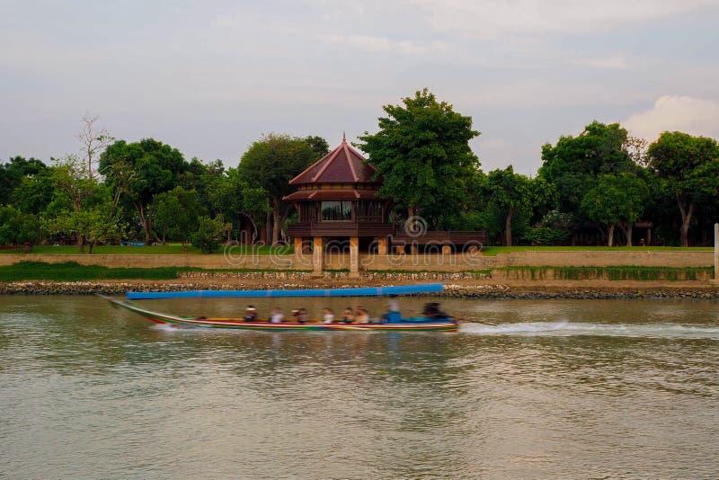 Bateau de longue queue et palais de Siriyalai images stock