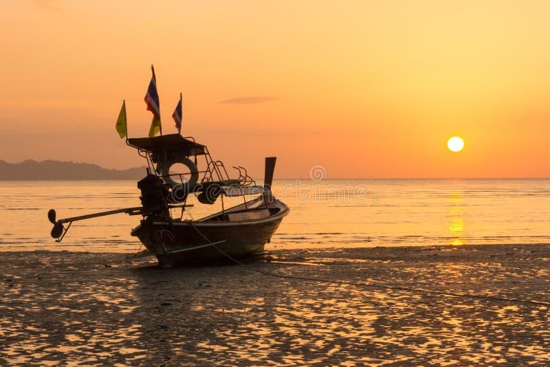 Bateau de longue queue sur la plage de Pak Meng, province de Trang, Thaïlande au coucher du soleil photographie stock libre de droits