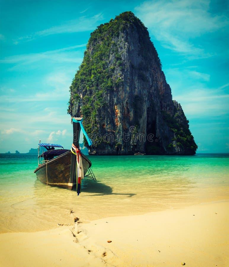 Bateau de longue queue sur la plage, Thaïlande photo stock