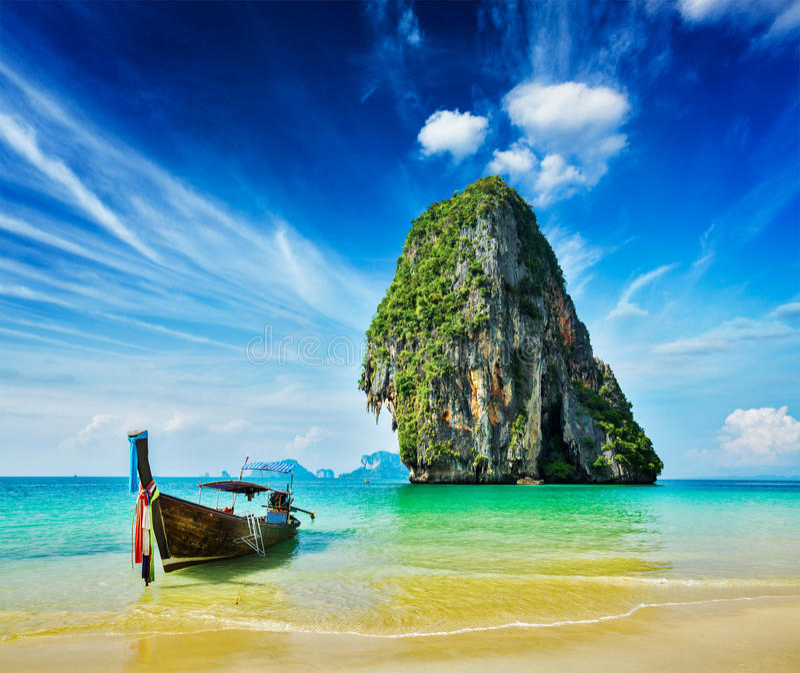 Bateau de longue queue sur la plage, Thaïlande photos stock