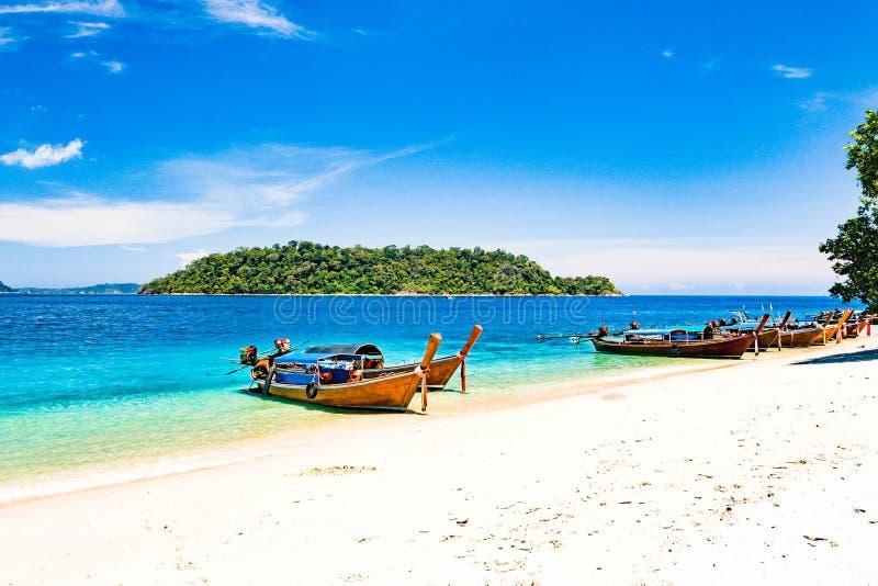 Bateau de longue queue sur la plage tropicale, mer d'Andaman Thaïlande images stock