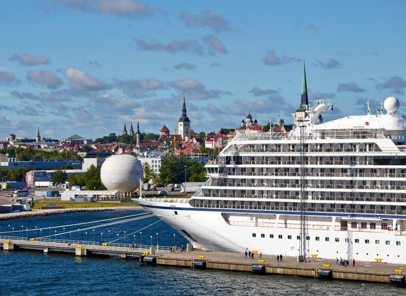 Bateau de luxe de croisière dans le port dans Tallin Estonie photo stock