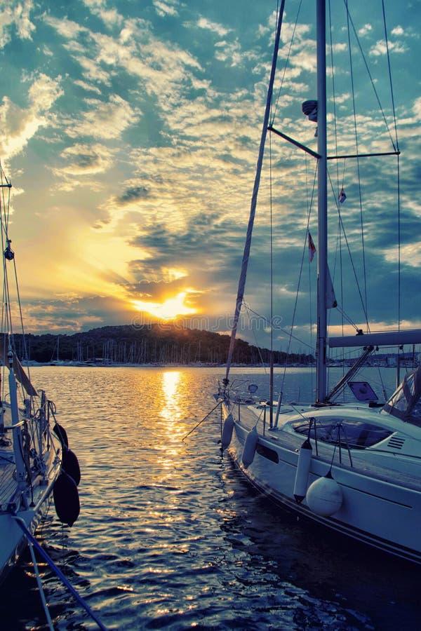 Bateau de luxe de yacht de bateau de navigation en mer pendant le coucher du soleil étonnant photo libre de droits