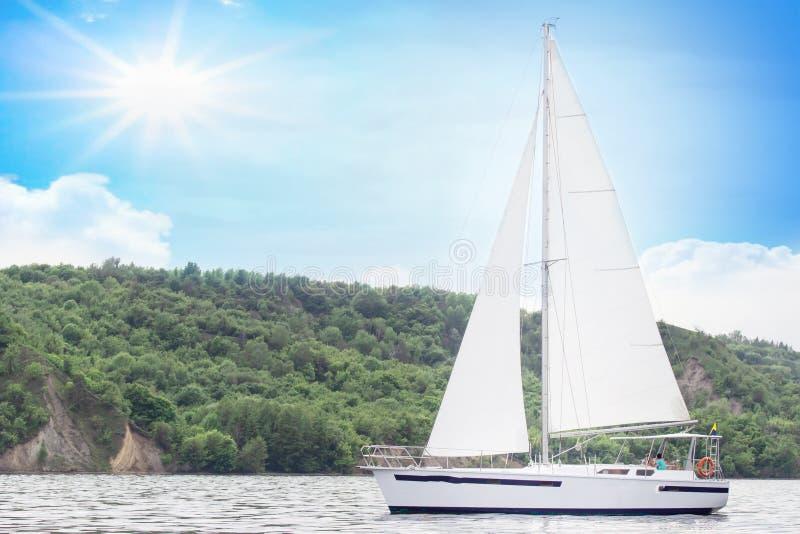 Bateau de luxe de yacht de bateau de navigation en mer pendant le jour stupéfiant du soleil image stock