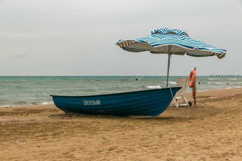 Bateau de maître nageur sur la plage Délivrance sur l'eau photo stock