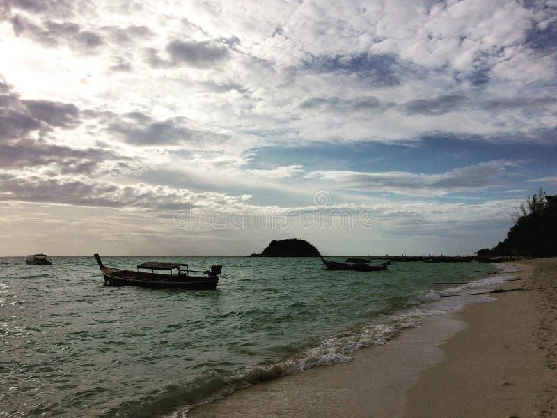 Bateau de mer de lever de soleil de matin d'île de Lipe image libre de droits