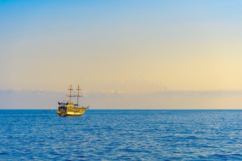 Bateau de navigation avec des touristes au coucher du soleil images libres de droits