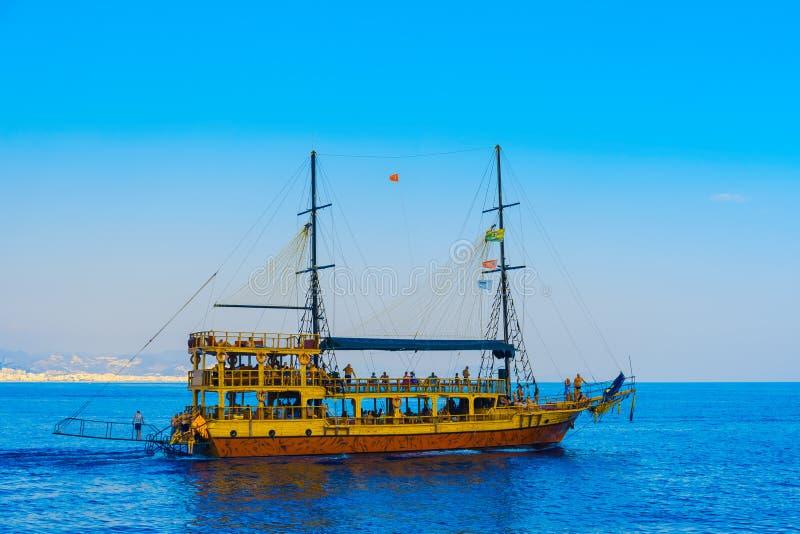 Bateau de navigation avec des touristes dans Alanya photos stock