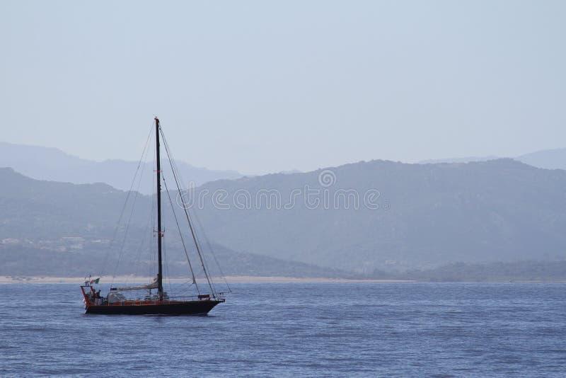 Bateau de navigation dans la baie photos libres de droits