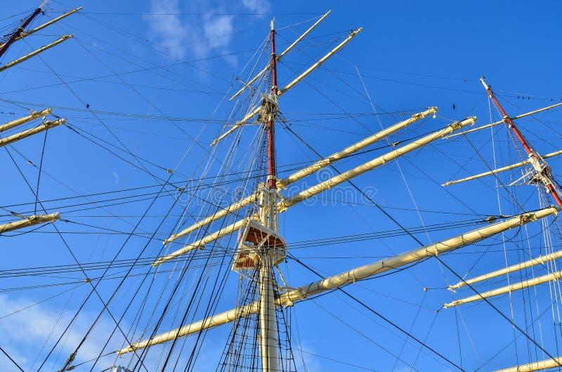 Bateau de navigation grand, détail de plan rapproché de mât, voiles photos libres de droits